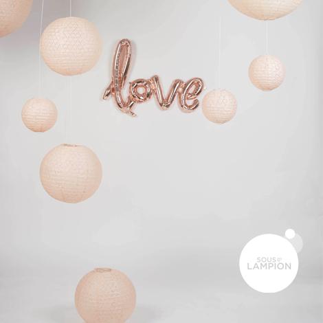 Ballon qui écrit le mot LOVE à la main - calligraphie