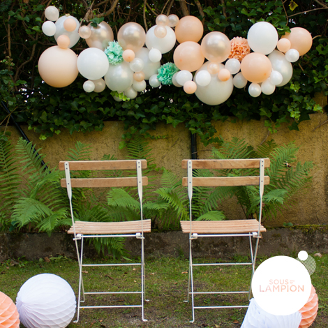 Guirlande de ballons DIY dans les tons pêche pour décorer une fête ou un anniversaire