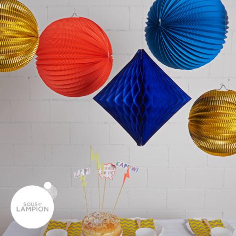 Lot de lampions et boules dans les tons bleu, rouge et or pour une fête super-héros