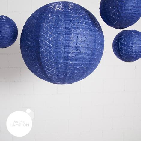 Lanterne en papier aspect dentelle bleu nuit pour la décoration d'un ciel de mariage
