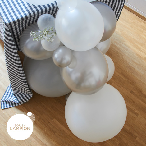 kit pour cr er une guirlande de ballons dans les tons de blanc gris et argent. Black Bedroom Furniture Sets. Home Design Ideas