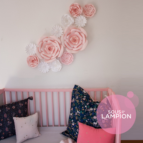 Fleur papier géante rose et blanc pour une déco murale chambre bébé