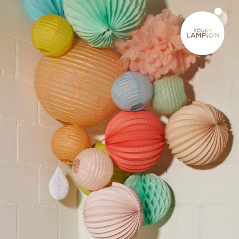 Lanternes baby de différents coloris dans une composition de lampions