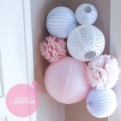 Déco murale pour chambre de bébé rose et blanche avec des lampions et boules papier