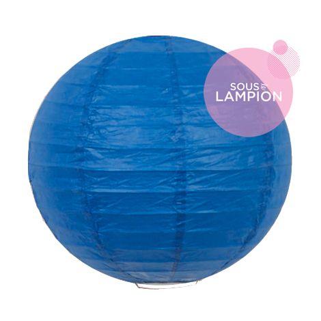Petite lanterne en papier bleu vif pour une décoration murale de chambre de garçon