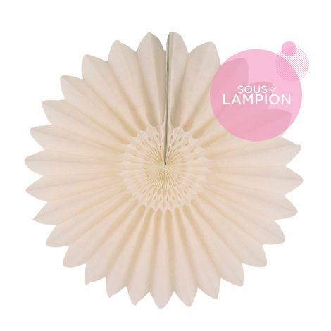 Rosace en papier blanc crème pour une déco photobooth de mariage