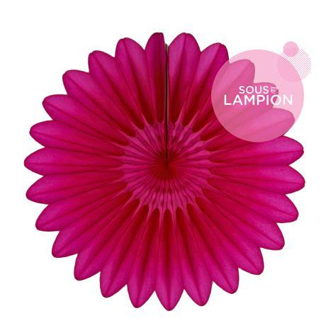Grande rosace en papier rose vif pour une déco de buffet de mariage