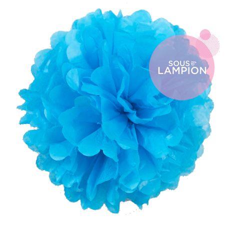 Grand pompon en papier bleu turquoise pour décorer un mariage champêtre, romantique