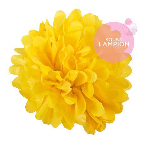 grand pompon en papier jaune vif pour décorer un mariage champêtre,romantique