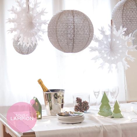 Décoration flocons et boules papier gris et blanc pour un réveillon de Noël ou de Nouvel An