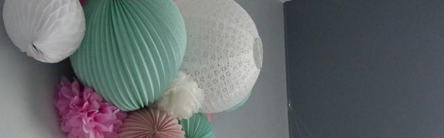 Décoration de lampions vert menthe et rose dans une chambre de ...