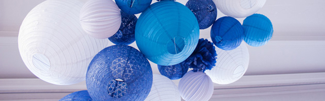 Un ciel de lanternes pour un mariage bleu et blanc