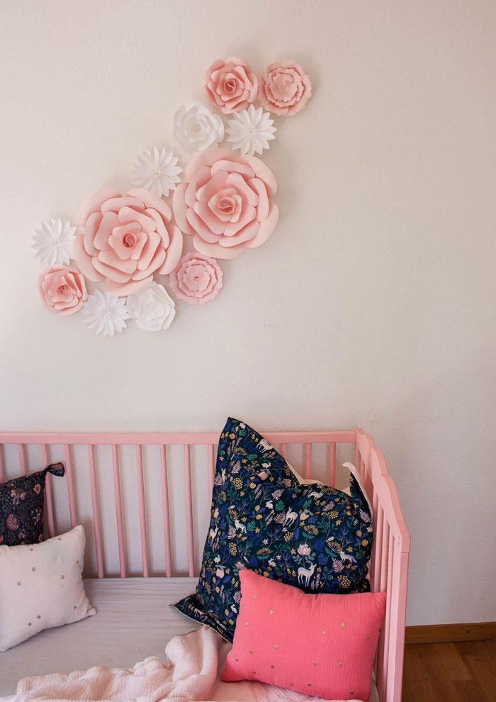 fleurs en papier rose déco murale chambre