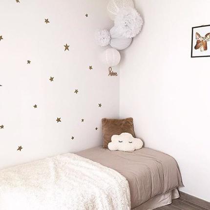 Décoration de chambre d'enfant tons blanc et naturel