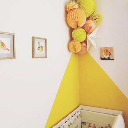 Une décoration murale dans les tons de jaunes pour une chambre de bébé