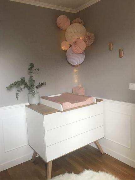Une chambre de fille rose pastel et blanche