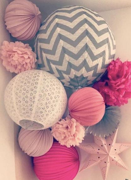 décoration boules papier rose et gris pour chambre d'enfant