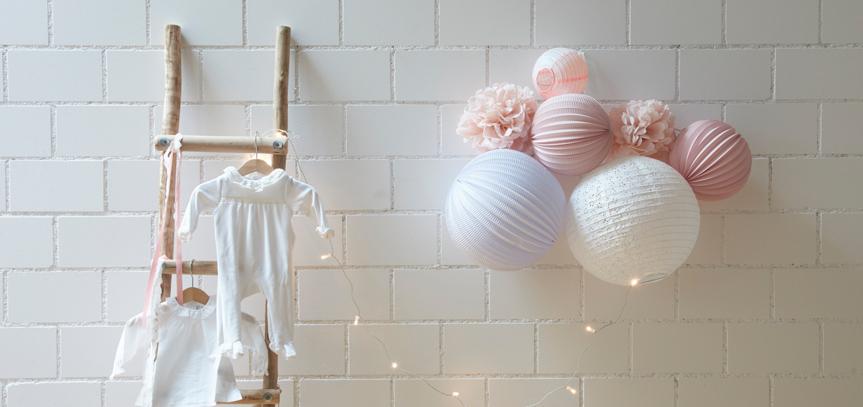 Lampions suspendus dans une chambre de bébé