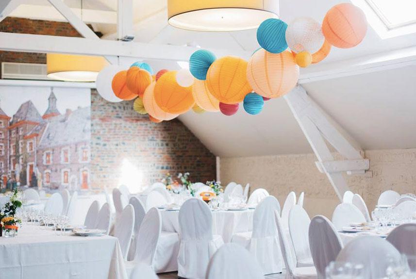Guirlande de lanternes et lampions pour décorer une salle de mariage
