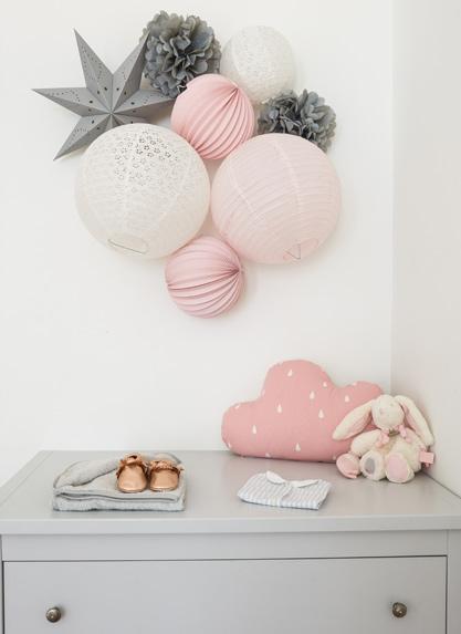 lampions et boules papier gris et rose