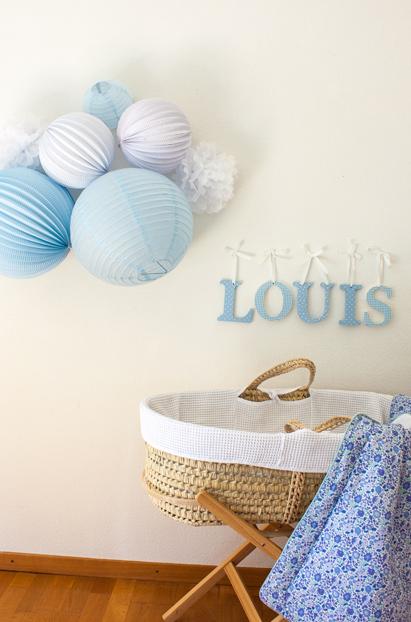 deco chambre de bebe garcon avec des boules papier en bleu et blanc