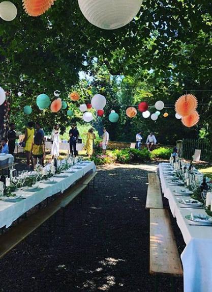 décoration tables mariage avec des boules papier