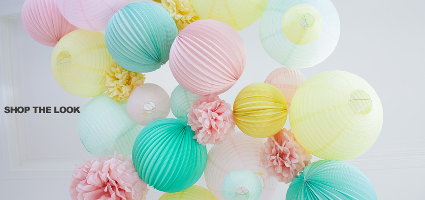 Décoration mariage pastel avec des lanternes et boules en papier