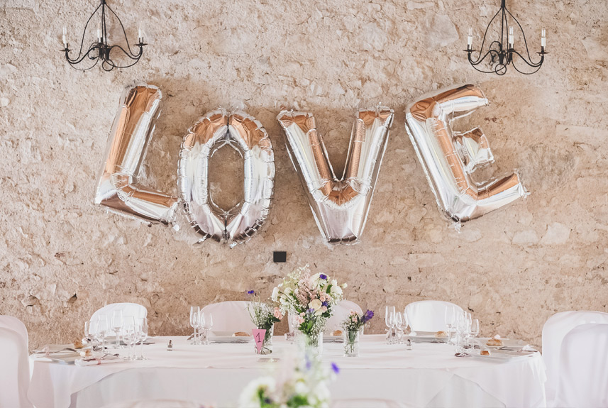 Ballons LOVE pour décorer une salle de mariage