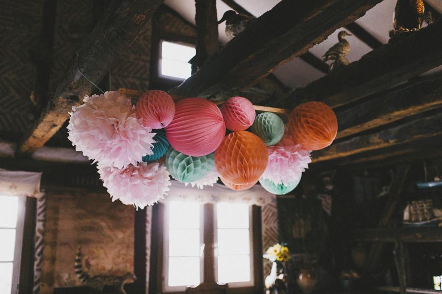 Lanternes papier pour décorer un mariage dans une grange