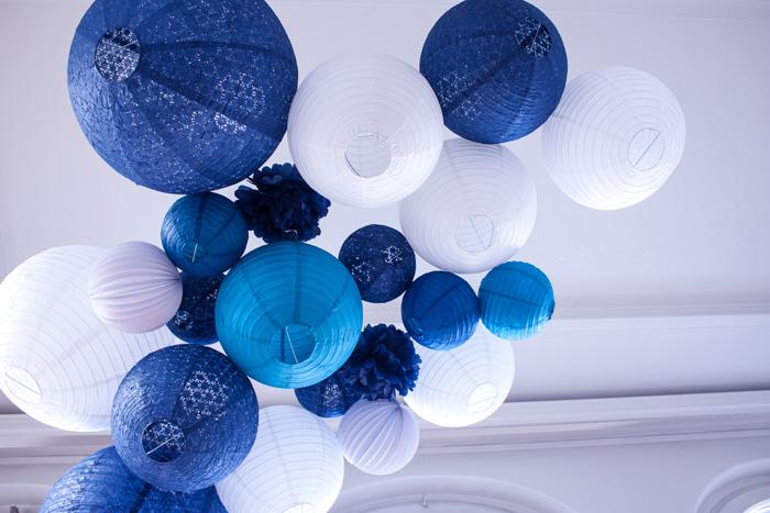 Ciel de lanternes et lampions bleu et blanc pour un mariage