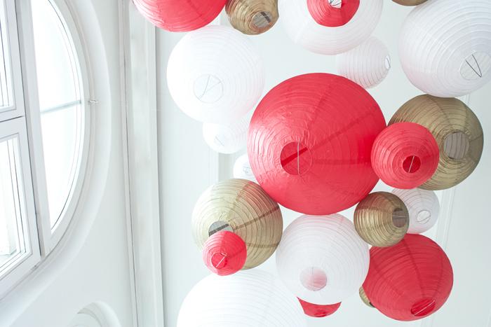 Ciel de lanternes et lampions rouge pour un mariage