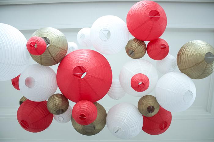 Ciel de lanternes et lampions rouge et blanc pour un mariage