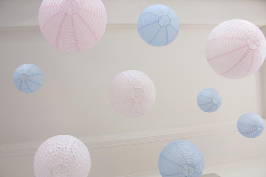 lanterne mariage: déco de plafond rose et bleu