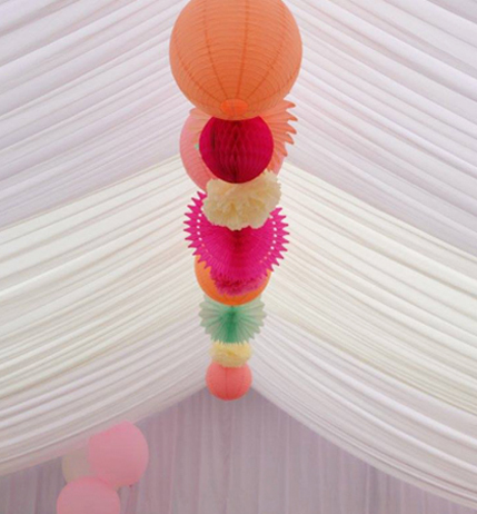 Lanternes en papier dans une tente de mariage