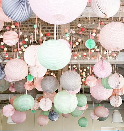 Décoration de mariage avec des lampions et des boules en papier
