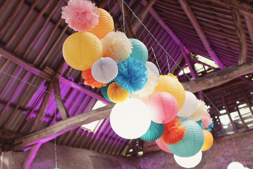Décoration de salle de mariage avec des boules papier
