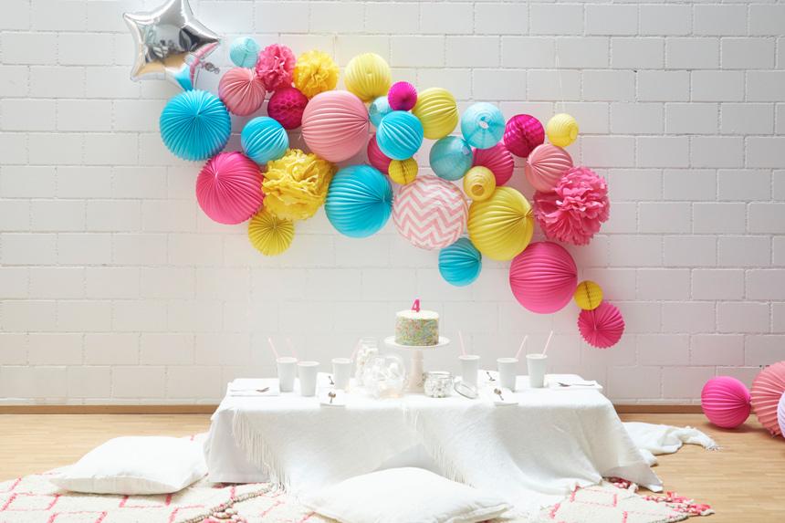 lampions et boules en papier pour décorer un anniversaire d'enfant