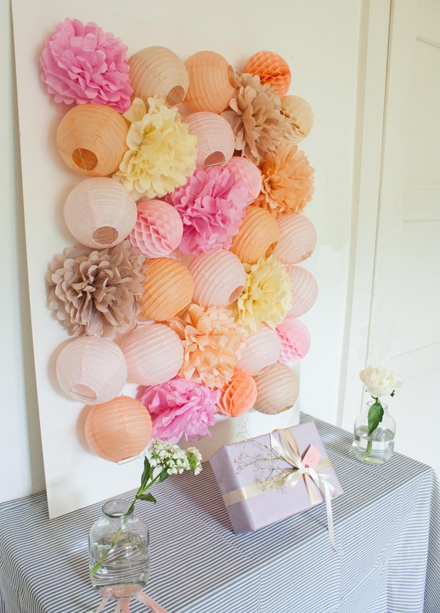 décoration de buffet avec des pompons et lampions