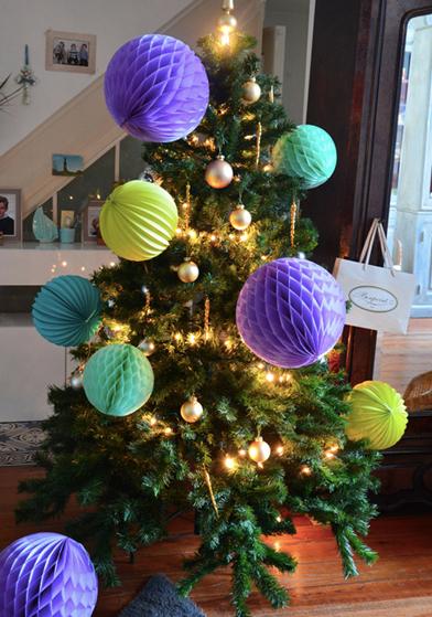 décoration de sapin avec boules papier Sous Le Lampion