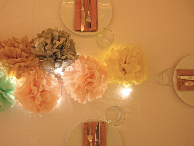centre de table pour un réveillon de Noël en pompons de papier de soie