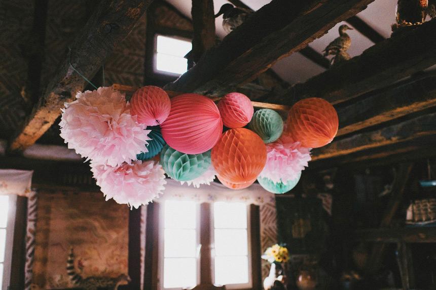 Lanterne mariage: une composition colorée pour décorer une table