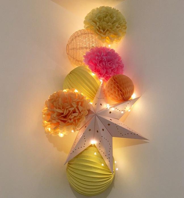 Composition de lampions colorée avec guirlande lumineuse