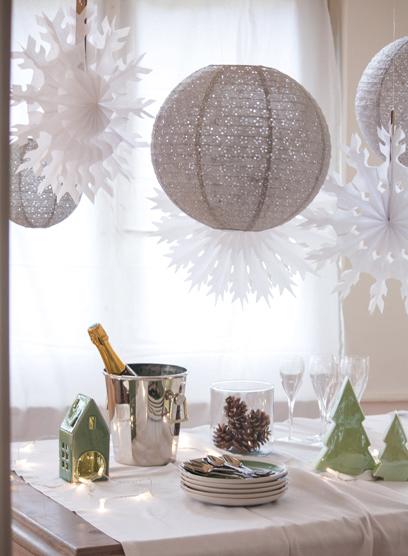 Décoration de buffet de réveillon de Noël d'inspiration scandinave avec des lanternes