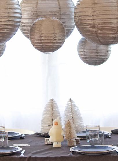 lanternes argents pour décorer une table d'inspiration nordique pour Noël