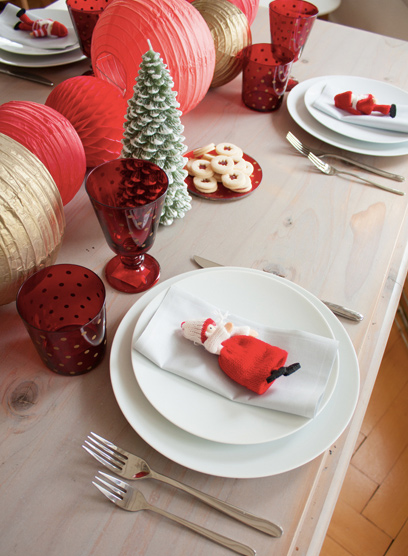 décoration or et rouge pour une table de Noël