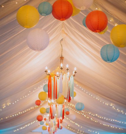 Décoration de tente de mariage avec des boules japonaises