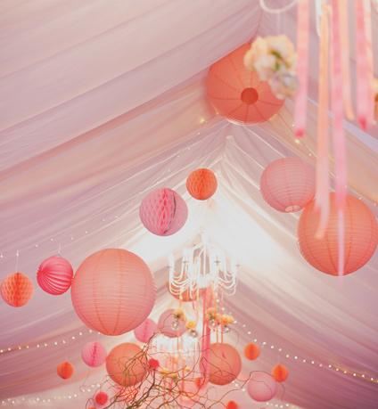 Décoration de tente de mariage dans les tons de rose