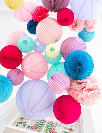 accrocher des boules papier pour un mariage